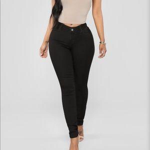 NWTs FASHION NOVA • Black Classic Mid-Rise Jeans